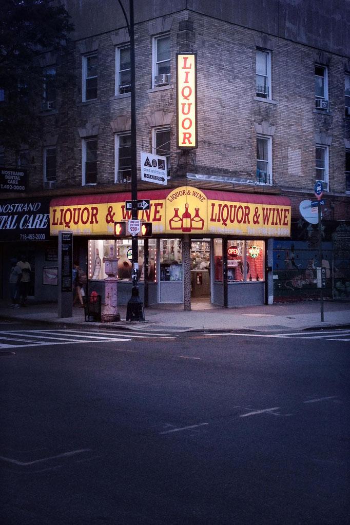 """<b>LIQUORS & WINE</b><br><a href=""""/app/module/webproduct/goto/m/mf14d3eb729fe3577"""" ; style=""""color:#49bfc0;"""" target=""""_blank"""">Disponible à la vente</b><alt=""""photographie d'art urbain ville new-york city shop storefront corner night street nuit rue magasin"""""""
