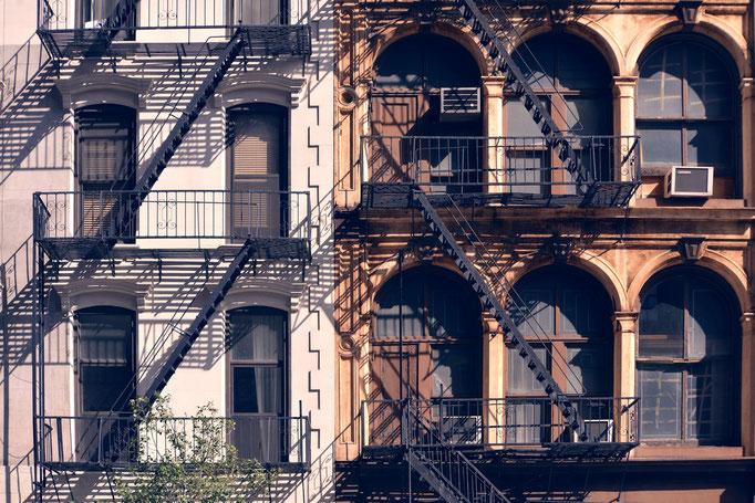 """<b>NEW-YORK FACADE</b><br><a href=""""/app/module/webproduct/goto/m/m90d0cac4f79a6269"""" ; style=""""color:#49bfc0;"""" target=""""_blank"""">Disponible à la vente</b><alt=""""photographie d'art cadre photo deco architecture ville newyork fenêtres windows balcon escaliers"""""""