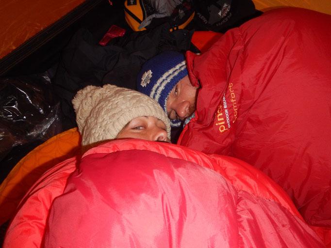 ach wie froh sind wir, um den in Bogotá mühsam ergatterten Winter Schlafsack
