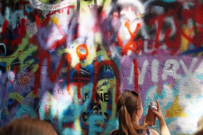 Die Minis verewigen sich an der John-Lennon-Mauer