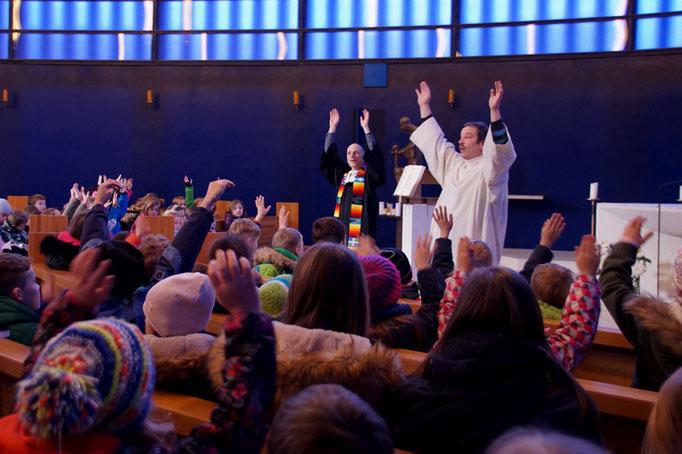 Singen mit Bewegung beim Abschlussgottesdienst
