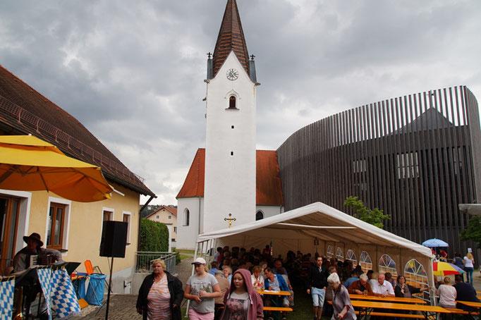 Pfarrfestzelt vor der Pfarrkirche