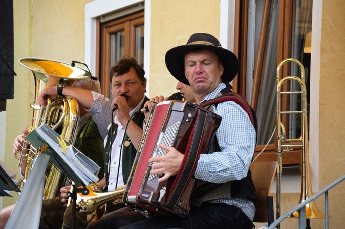 Die Züchmühler Musikanten spielen auf    Bild: Hans Graml