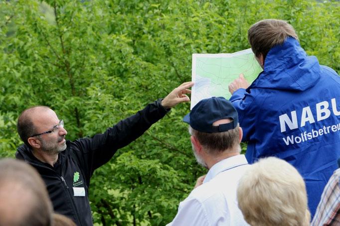 Dietmar Gretter und Markus Rösler erläutern den Verluaf der Führung