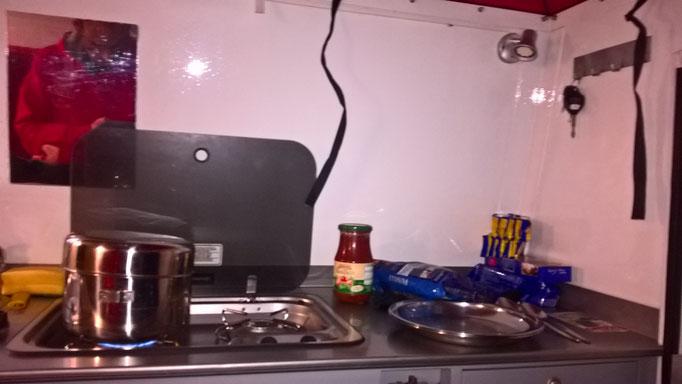 Eingebauter Gaskocher. Hier gibt's gerade Nudeln mit Tomatensoße.