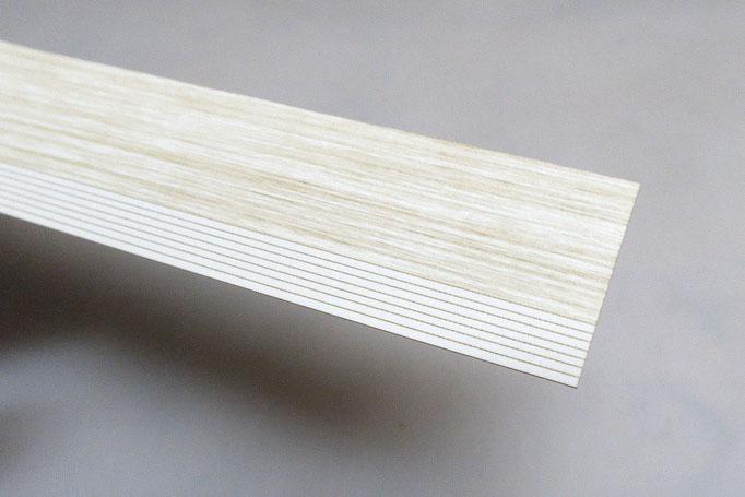 柱は木目彫刻をした紙製です。