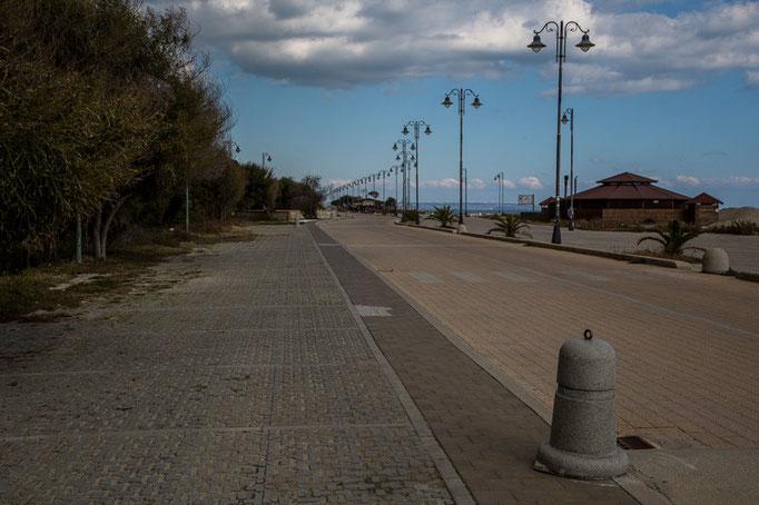 Eine Strandstrasse mit viel freien Parkplätzen