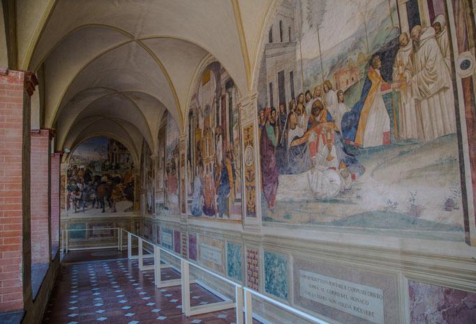 Rundherum um den Kreuzgang sehr eindrucksvolle Fresken