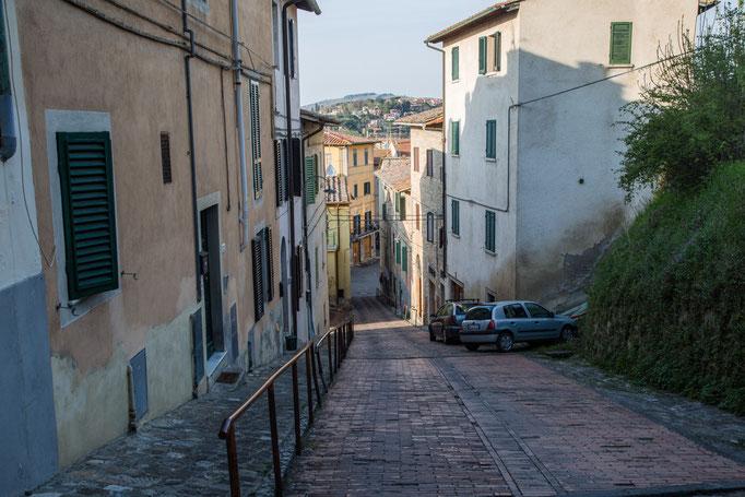 In Poggibonso die steile Strraße, mit Geländer, zum Panorame-Weg