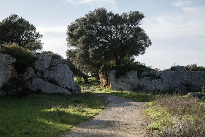 Zum Eingang von Roche Cave di Cusa