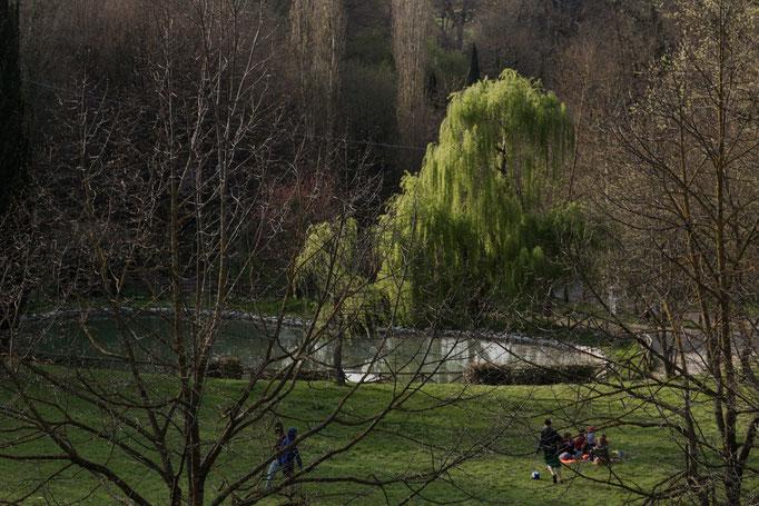 Auch ein kleiner See ist in der Mitte von dem Park