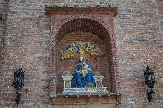 Über dem Eingang zum Kloster
