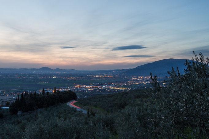 Das beleuchtete Tal Richtung Assisi