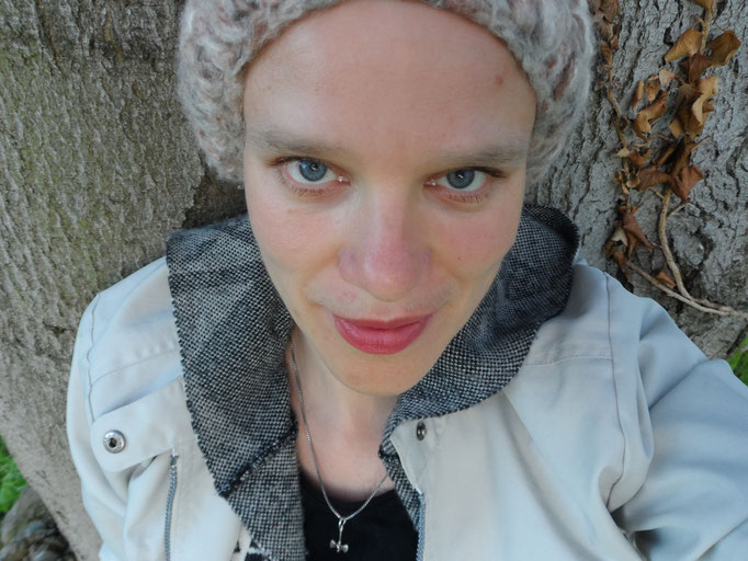 """""""Dokumentiere, wie du unter einem Baum stehst (mit einem Foto, einer Zeichnung etc.)"""" aus: Mach diese Postkarten fertig - von Keri Smith."""