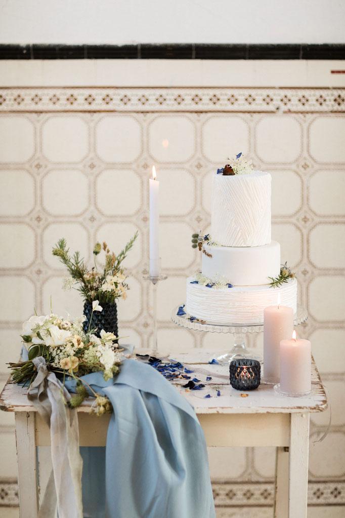 Hochzeitstorte Blumendekoration Sweet Table gluecksmoment Hochzeitsplanung