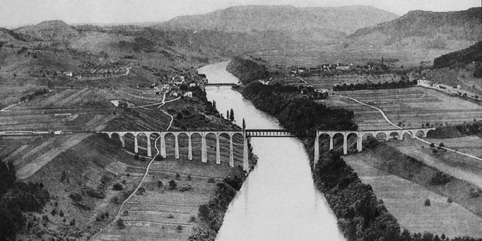 Eglisau um 1912; die alte Holzbrücke steht noch, die Eisenbahnbrücke ist bereits gebaut.