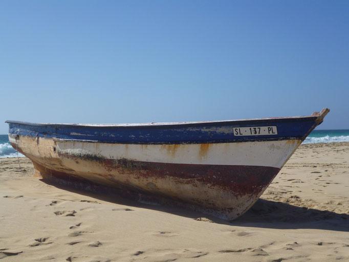 Fischerboot am Strand von Santa Maria. (C) Bubig & Neumann Kreativ-Verlag GbR.