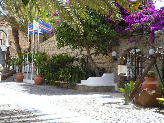 Ortskern Santa Maria. Eingang zum Hotel Odjo d`Agua. (C) Bubig & Neumann Kreativ-Verlag GbR.