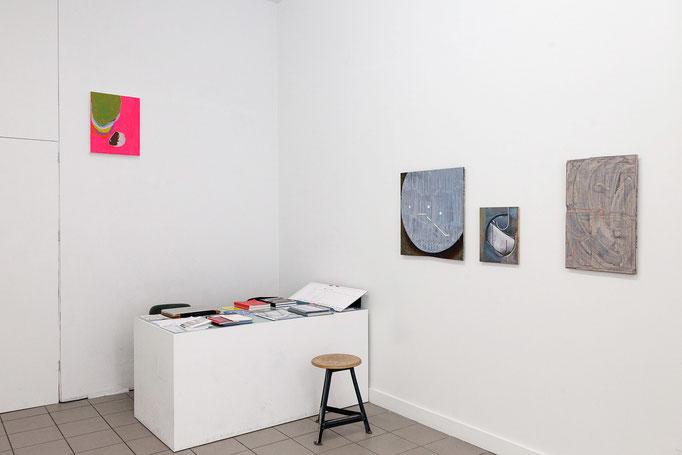 Michael Bause · o.T., Acryl, Lacke auf Baumwolle, 2018 | Charlotte Mumm · Schuppen fallen. Scale 13, Scale 1 und Scale 5, alle 2017