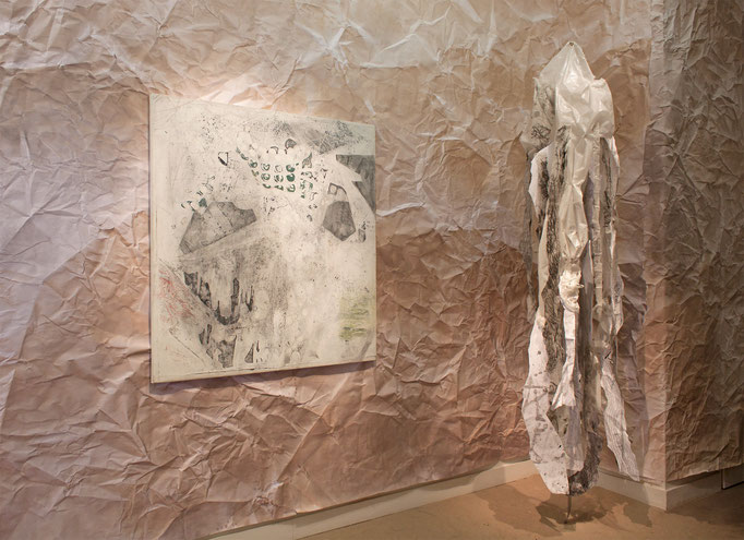 "Alison Woods ""Palimpsest"" 2016, Acryl/Leinwand, 131 x 127 cm · ""Psychostasia"" 2019, Mixed Media, ca. 244 x 53 cm"