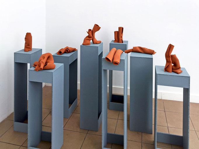 """""""Coil"""" 2014, Keramik, Presspan, Lack, ca. 130 x 225 x 160 cm. Installation view at Axel Obiger, Berlin. © Gabriele Künne / VG Bild Kunst"""