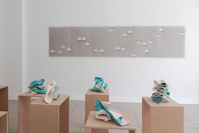Gabriele Künne · survival Keramik glasiert mehrteilig, 2016 – Ulrich Schreiber · Schachteln Streckmetall und Stäbe verschweißt 6 teilig, 2016