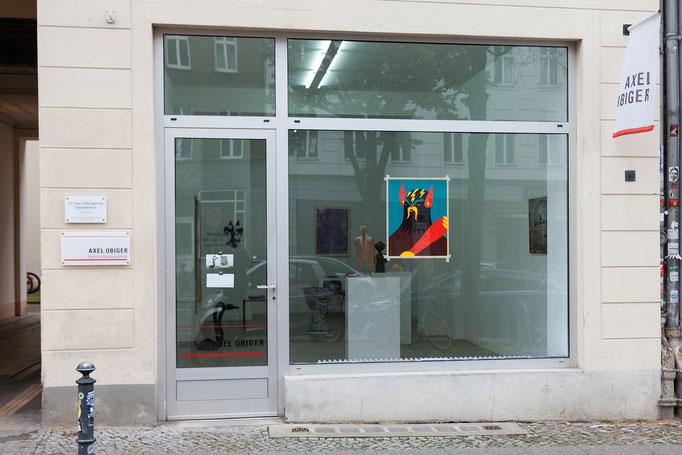 Aussenansicht mit; Roman Klonek · Le barbar, Holzschnitt, 63 x 49 cm, 2013, im Fenster