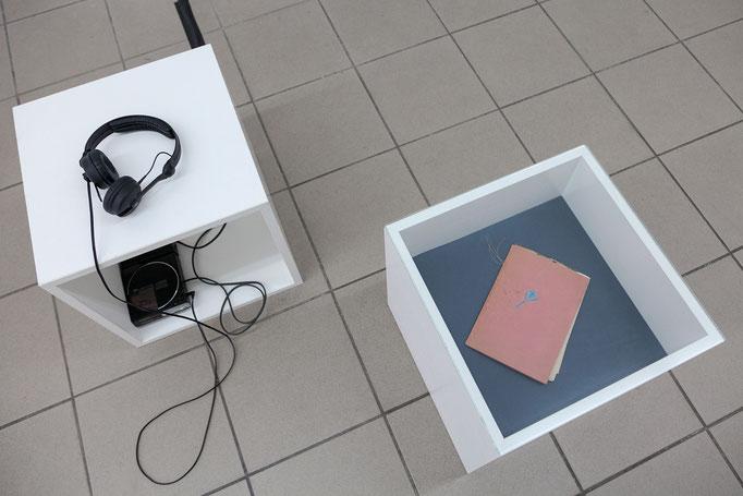 """Josina von der Linden · """"Verweile doch"""" Audio, 3:03 min; Vitrine mit Objekt aus dem väterlichen Nachlaß der Künstlerin (Kladde """"Mein Privatbüchmann""""), 2011/18"""