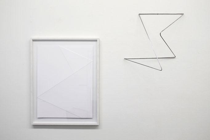 """Antje Blumenstein """"folded 04"""" 2018, Alurundstab gefaltet, ca. 60 x 40 x 40 cm und """"lines P13"""" 2019, Papier gefalzt, gerahmt 90 x 70 cm"""