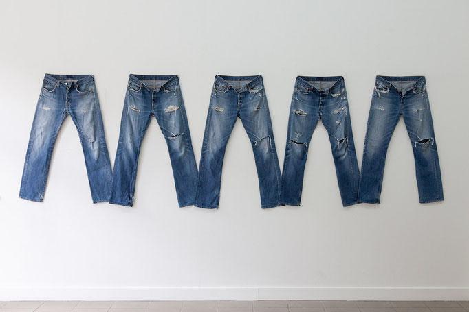 Manuel Frolik · the blue jeans, 2015 fünf Levis 501, ca. 120 x 380 cm