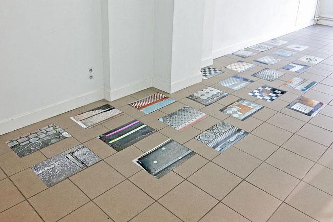 Gudrun Kenschner Installation – mehrteilig – Fotos auf dem Boden, 2016