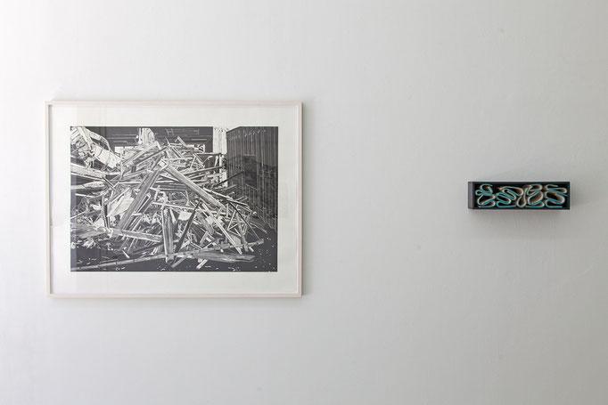 Philipp Hennevogl · Haufen Holz, Linolschnitt, Handabzug, 2011  |  Gabriele Künne · côte d'azur Keramik glasiert, 2017