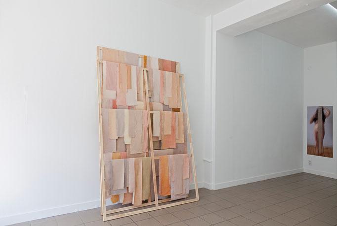 "Barbara Müller · skinn (V) 260 x 175 x 45 cm, Leinwand, Farbe, Holz, 2017 |  Josina von der Linden ""What is behind that curtain?"" Digitalausbelichtung, 140 x 66 cm, 2016"