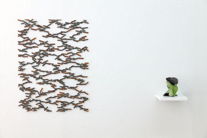 Ulrich Schreiber · en mouvement - 4 Stahl verschweißt, 2016 – Gabriele Künne · Tarnvase Raku-Keramik glasiert, 2015