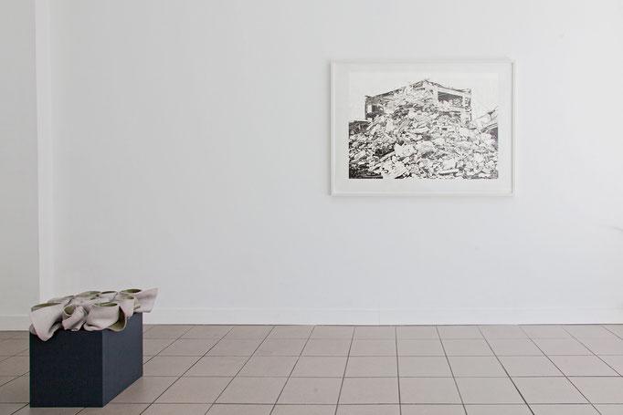 Gabriele Künne · Standhaft Keramik glasiert, 2017  |  Philipp Hennevogl · Haufen Gips Linolschnitt, Handabzug, 2011