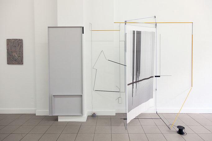 Harriet Groß · Odradek Raumzeichnung mit Zeltstangen, Tape, C-Print auf japanischer Seide, Holzrahmen Tuschezeichnung, Gummi und Metall, 2018