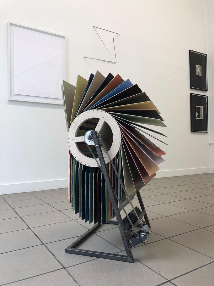 """Jay Gard """"Flipper Münter"""" (Gabriele Münter, Herbstliches Blumenstillleben), 2019, diverse Materialien, 100 x 50 x 65 cm"""