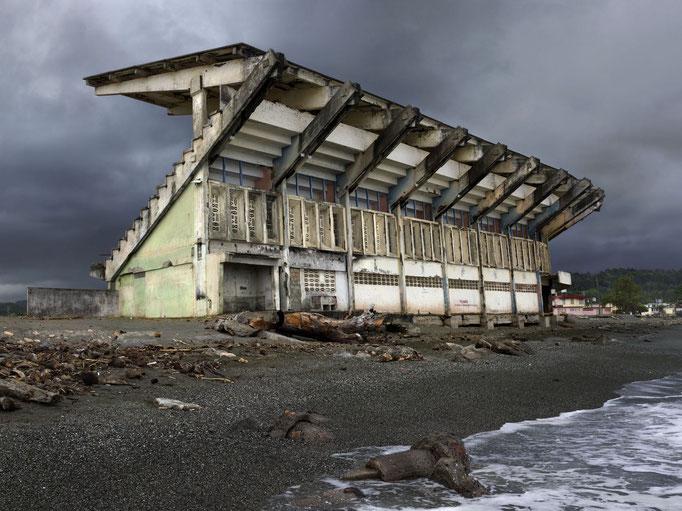 """Estadio"" 2014, aus der Serie La Marea (die Gezeiten),  Lightjetprint, Diasec Face matt, Bildmaß 112 x 150 cm"