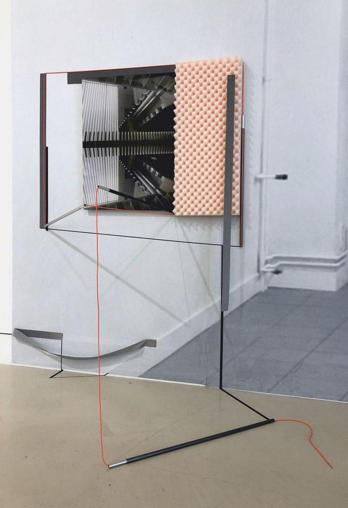 Inbetween silence, 2018, Raumzeichnung mit C-Print, Tape, Metallstangen, Reflekting Tape, Accoustic Mousse, Gummi, ca 90 x 140 x 49 cm, Ausstellungsansicht Torrance Art Museum, L.A.