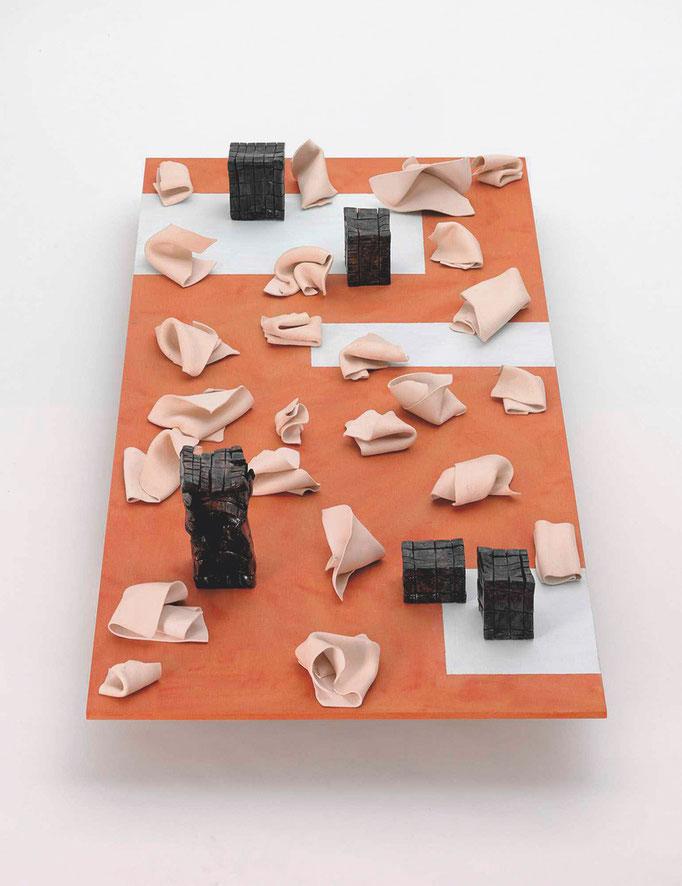 """""""24 verworfene ideen"""" 2009, Keramik glasiert,  MDF, Lack, 42 x 65 x 140 cm. © Gabriele Künne / VG Bild Kunst"""