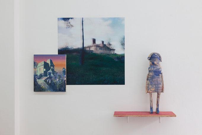 Katrin Hoffert · Mutters Haus Öl auf Nessel, 2008 | Oliver Möst · Hamlet / Dorf _ 1C Fotografie, 2008 | Susanne Ring · Tante zweiteilige Keramik, ca. 72 x 22 cm, 2018
