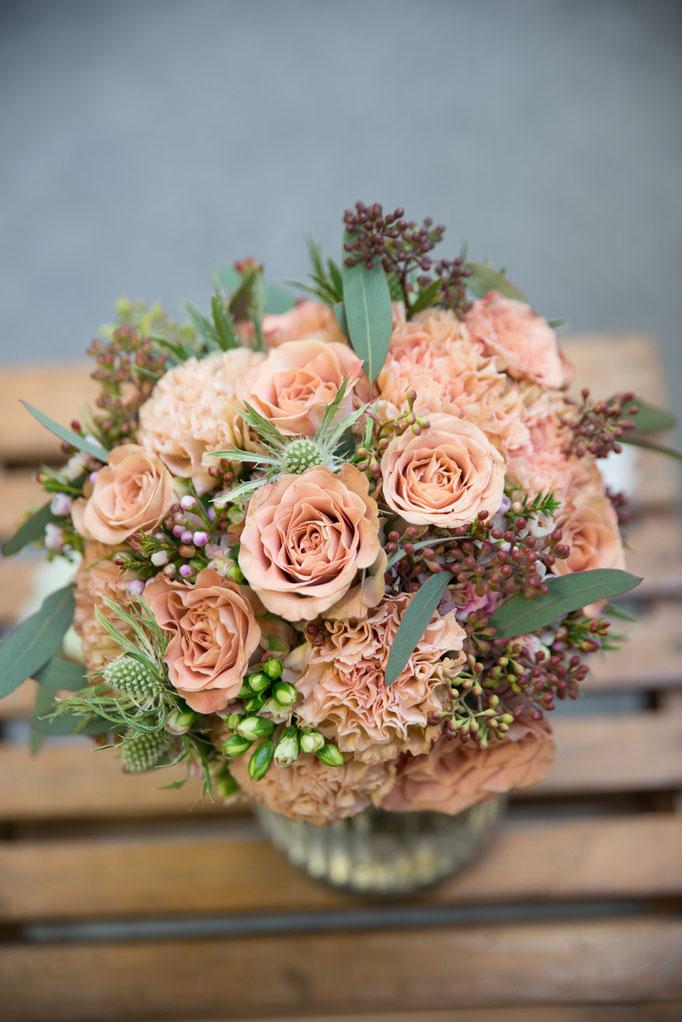 Kompakter Biedermeier mit Nelken, Rosen,Waxflower und Eucalyptus Foto: ZoKa-Weddings|Hochzeitsfotografen|Katja Knetschke