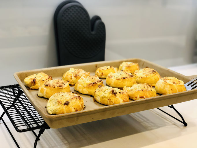 Ich habe die Käse-Schnecken lauwarm serviert. Wer mag, kann noch etwas Schnittlauch oder Petersilie über die warmen Schnecken streuen. Guten Appetit ♥