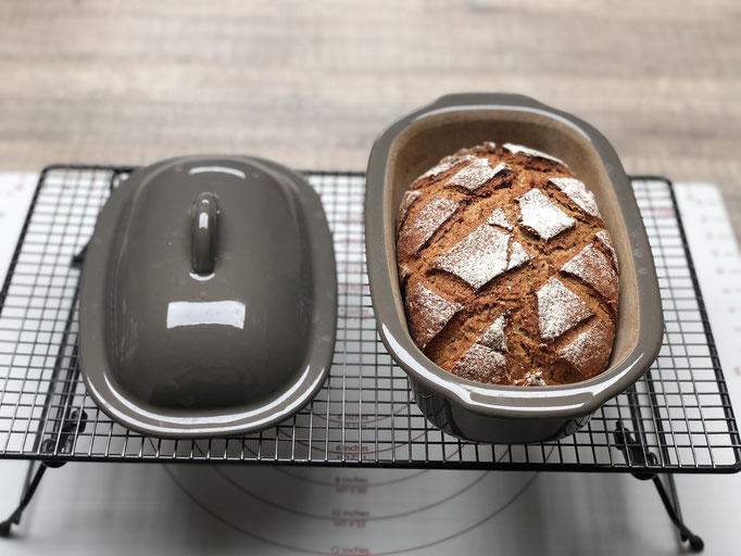Nach dem Backen sieht mein Brot so aus - es ist knusprig gebacken in der Stoneware von Pampered Chef® und innen drin ist das Brot fluffig und sehr lecker.