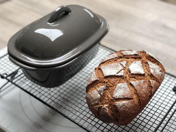Das Kuchengitter auf Füssen ist genial, weil das Brot auch nach untenhin abdampfen kann - einfach genial!