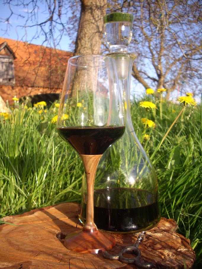 Hab´s jetzt endlich mal geschafft, mein Weinglas zu reparieren! Stiel aus Walnus-Pflaume. Drinnen leckerer trockener Roter.
