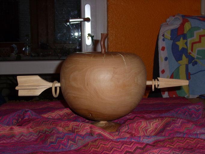 Wilhelmine Tell- Apfel ist Apfel, Pfeil(Linde) in einem Stück durchgeschossen. Nix geklebt,geschraubt oder geschweisst!(D=ca 25 cm)
