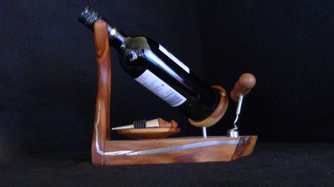 Weinflaschenständer aus Pflaume mit filigranen Zinneinlagen