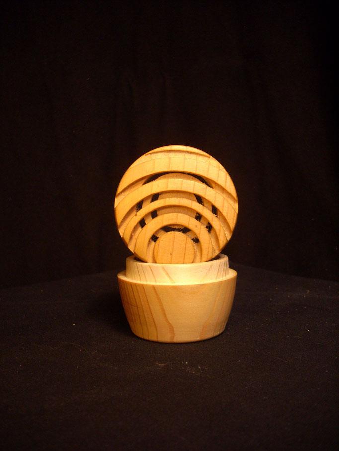 kleines Kieferndöschen mit exzentrisch durchbrochenem Deckel (D=5,5 cm/H=5,5 cm)