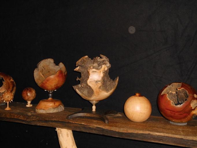 in der Mitte, offene Kugel aus Kirsch-Wurzel. Fuß aus geschwärzter Eiche, Buche und Messing